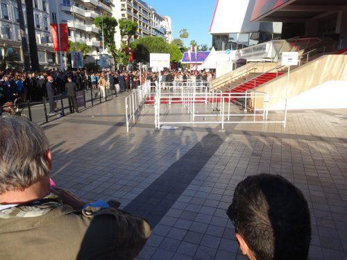 Cannes : Des files interminables pour les badges jaunes, et les files vides pour les badges blancs...